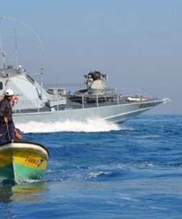 بحرية الاحتلال تعتقل صياديْن وتصادر حسكة مجداف في بحر شمال القطاع