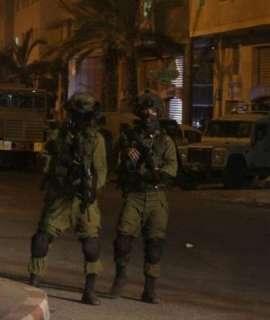 """الاحتلال يعتقل مسنا وفتاة من """"خشم الدرج"""" جنوب الخليل"""