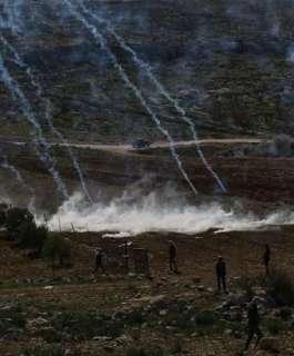 إصابات بالاختناق بعد قمع الاحتلال مسيرة سلمية في دير جرير