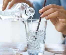 مع اشتداد الحر.. لا تشرب الماء المثلج لهذا السبب